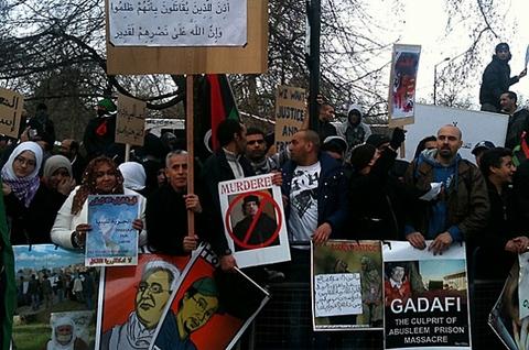 Kaddafi de interneti kapattı