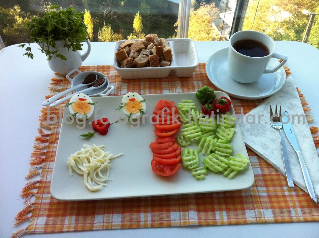 Çocuklara kahvaltı sunumu
