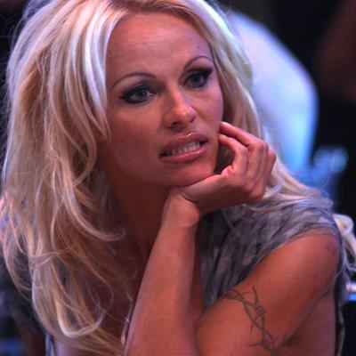 Pamela Anderson, niye bu kadar sıradan bir figür seçmiş acaba?