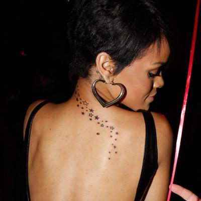 Rihanna 5. dövmesini geçenlerde yaptırdı biliyorsunuz. Bu yıldız kümeciği güzel şarkıcının tek bariz olarak görülebilen dövmesi.