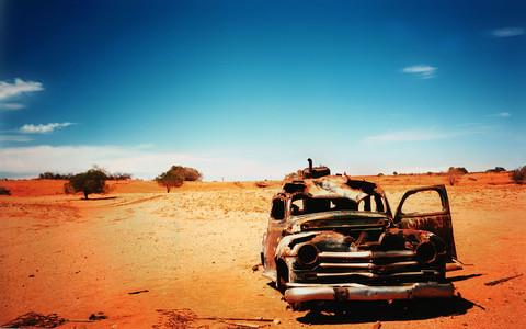 Harika Wallpaperlar - Desert Car Crash