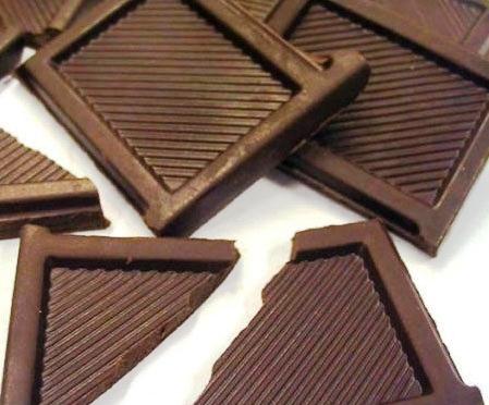 Herkes küçük bir parça çikolatanin kendinizi iyi ve mutlu hissetmenize yardımcı olduğunu bilir. Bitter çikolatanın anti-oksidan özelliği nedeniyle ayrıca sağlığınıza da yararı vardır. Millet yiyecek ekmek bulamıyor, siz çikolata diyorsunuz.. diyen sığ insanlara notumuz şöyle: İçtiğiniz sigaraya para buluyorsunuz ama?