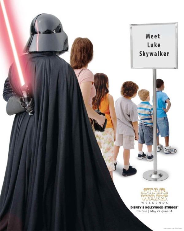 Bir imzalı kitap almak için sırada beklerken Darth Vader