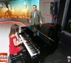 Tarihin arka odasında Pelin bu sefer piyano çaldı şarkı söyledi